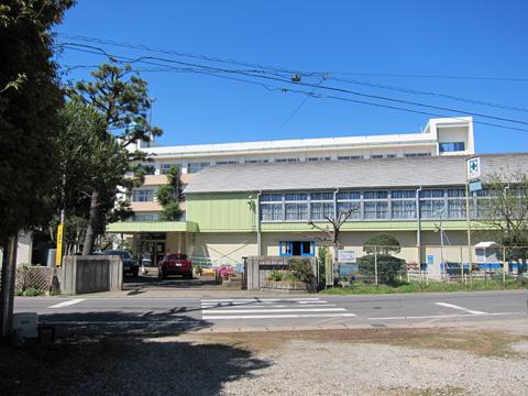 船橋市立大穴小学校。 (左) 大穴の道路。結構狭い道路が多いです。 (右) 大穴の梨畑。花が咲い
